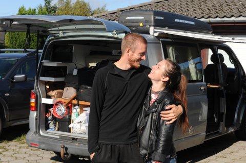 LYKKE:  Tess Strømberg (24) og Morten Hake (30) drar ut i Europa med egeninnredet bobil for å finne mennesker som er lykkelige uavhengig av deres forutsetninger.