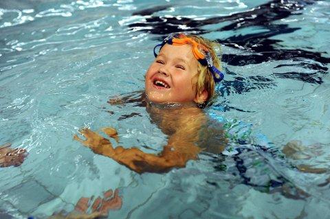 GLAD I VANNET: Cornelius Løvli Arnesen (3) har tatt svømmeknappen.