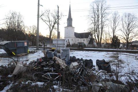 VILLFYLLING: På denne tomta ved Jernbanen har noen tydeligvis sett muligheten til å bli kvitt sitt eget søppel.