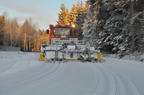 SPOR: Per Joar Kristiansen sørger for flotte skiløyper på Haukerød. Nå er det perfekte forhold i lysløypa.