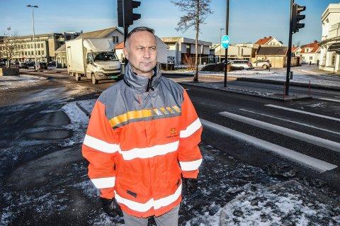 AVVISER:  – Det er en myte at trafikken tar kvelertak på byen, sier Rune Sundmark, leder av Plan- og forvaltningsseksjonen i veivesenet i Vestfold, her fotografert i Kilgata ved fiskehandler Berggren.