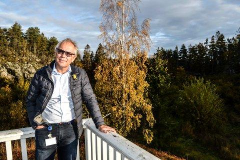 SPØRRENDE: Knut A. Glenna bor øverst i Drakeåsveien på Øvre Hasle, og vil bli omringet av rekkehusene, blokka og eneboligene i prosjektet Sandskjæråsen.