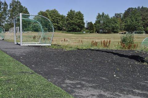 REDUKSJON: Det er større kontroll med håndteringen av gummikuler i kommunen. Målet er reduksjon i bruk og miljøgevinst. Dette bildet er tatt ved siden av en fotballbane i Bugården for en tid tilbake. ARKIVFOTO: Håvard Vege