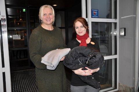 SAMLER INN: Marianne Paulsen og Kari-Ann Norén håper mange tar turen innom Hotel Atlantic søndag - med varme klær de ikke lenger trenger.