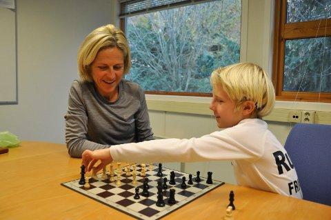 SJAKK: Per August Halle Haugen liker sjakk, men det er løping som står høyest på lista ti niåringen. Her sammen med mamma Gunhild Halle Haugen.