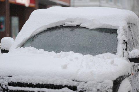 IKKE SLIK: Sikten er nok god akkurat nå, inntil snøen på biltaket skulle falle ned på frontruta. Den kan fort bli en livsfarlig trafikkfelle.
