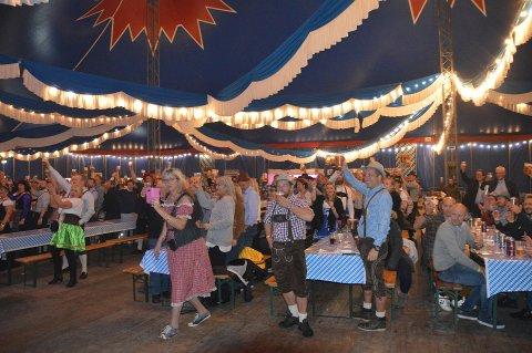 MANGE FOLK: I løpet av helgen var 2.200 gjester innom teltet til Grans Oktoberfest 2019. Flere av vaktene til andre utesteder i byen fortalte at de måtte nekte oktoberfestkledde adgang på grunn av at de var for fulle. FOTO: Asle Rowe