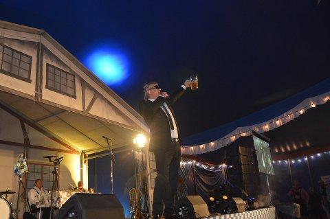 FELLESSKÅL: Alex Rosén var med på å lose gjestene gjennom programmet fra scenen i løpet av to dager med oktoberfest i Sandefjord. FOTO: Asle Rowe