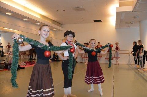 DANSERE: Erle Grøndalen Olsen (9), Ebba Cecilie Juel-Bergan (10) og Lykke Gjelstad Halvorsen er tre av 125 dansere so skal stå på scenen i «Coppelia».