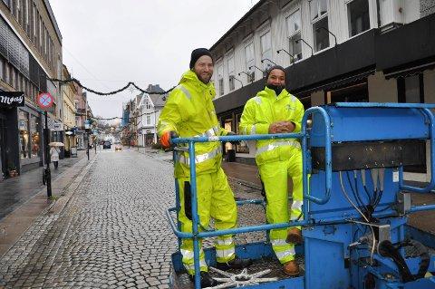 VÅT UKE: Martin Sveistrup og Fo Melbø har sørget for julebelysning i sentrum denne uka, - i striregn.