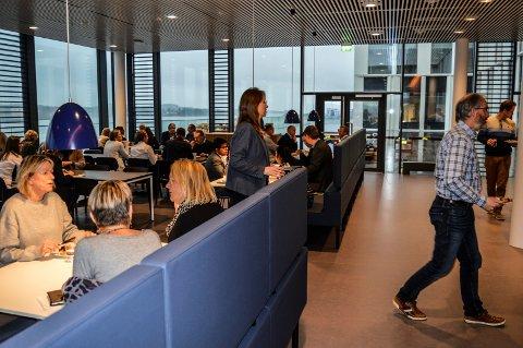 SAMLINGSSTEDET: Personalrestauranten, med fantastisk utsikt til fjorden, er det nye treffstedet for Jotuns ansatte.