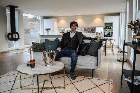 NYTT: Ole T. Hoelseth tar plass i sofaen i den øverste og dyreste leiligheten i Preståsen.