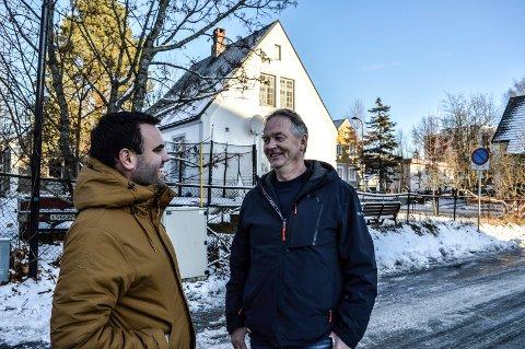 BYGGEPROSJEKT: lars Jørgen Hoholm (t.v.) og Reidar Larsen foran ett av de gamle husene som skal rives. T.v. Salemkirken, som skal bygges sammen med utvidelsen i Dronningens gate.