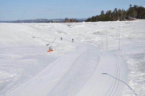 SKIRENN: Det blir skirenn i hele dette området søndag. Dermed stenges området for aking og skileik.