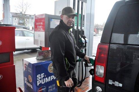 Kunde Glenn Thomas Myrsve synes det er helt greit at han nå fyller YX-bensin ved Tempokrysset.