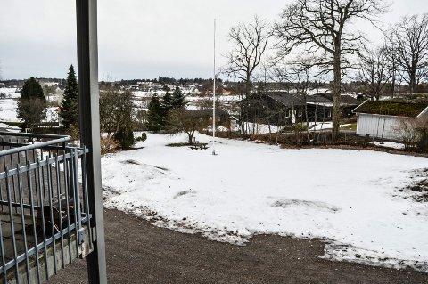 BOLIGER: Her i Føykåsveien 26 vil et bofellesskap for åtte personer være klart til innflytting om halvannet år. Bildet er tatat fra verandaen til Føykes Aktivitetshus.