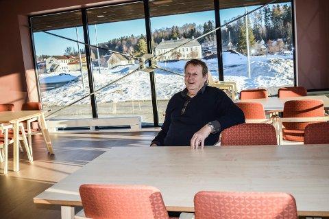 SAMLINGSSTED:  Kaféen i første etasje skal bli en felles møteplass for beboere, pårørende og andre, forteller Thore Helge Larsen. I bakgrunnen Andebu herredshus.