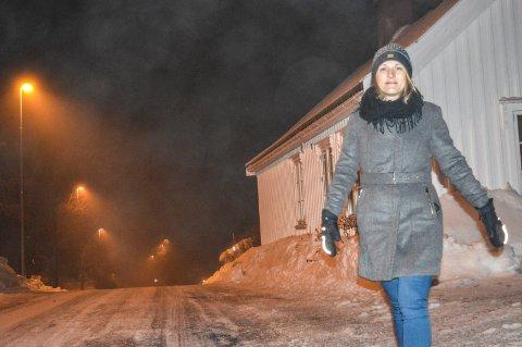 TRAFIKK:  Vi krever gang- og sykkelvei på østsiden av Vesterøyveien, i første omgang mellom Smørstein og Langeby, sier Helen Lillelien. Hun har samlet inn over 300 underskrifter til støtte for kravet.