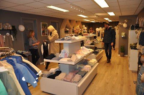 KORT ÅPNINGSTID: Butikkutsalget til DressMyKid har vært åpent i kontortid, men stengt på lørdager. Nå vil kommunen stenge det for godt.