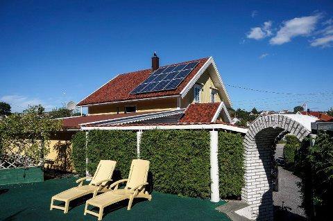 GRØNN ENERGI: Solcelleanlegg kan dekke mellom 10 og 15 prosent av strømforbruket i en bolig. Forventet levealder er 25 til 35 år.
