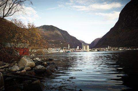 fjære båthus utkant fjøre høyanger bygd industri fjell naust fjord oversikt