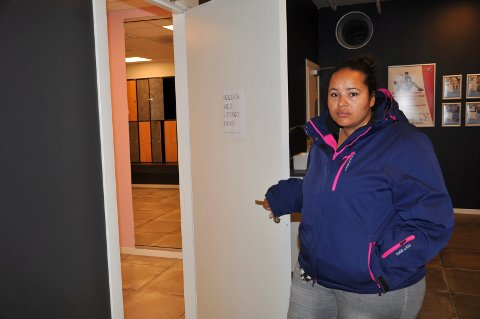 DÅRLIG PLASSERING: Lubisney Rogstad føler seg ikke komfortabel med å skifte i garderoben på Sporty24. Årsaken er speilet like innenfor døra.