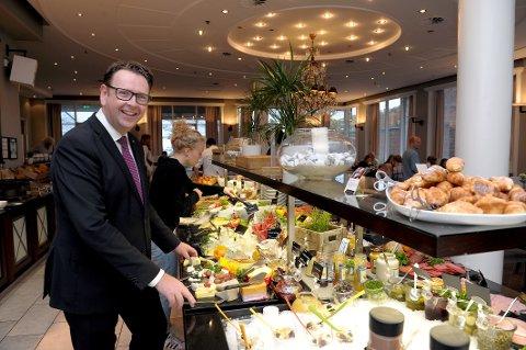 GRATIS: Administrerende direktør Thomas Ødegård på Scandic Park Sandefjord tilbyr strandryddere frokost.