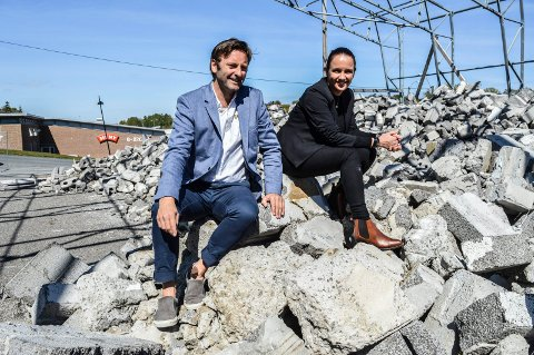 BYGGETOMT: Salget er såvidt igang. Arkitekt Per Joar Østhus og eiendomsmegler Lill-Iren Barth håper at det går så bra at byggestart snart kan besluttes.