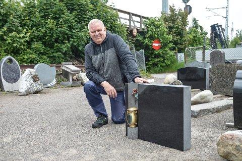STENHUGGER: Så raskt som mulig skal Levi Karlsen gravere, frakte og montere denne gravsteinen på Orelund. – Viggo har ventet lenge nok, sier Karlsen.