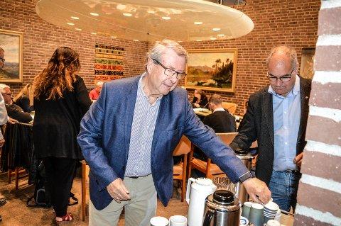 TILHØRER: Audun Tjomsland fra Innbyggerinitiativet var flue på veggen under møtet i planutvalget onsdag. T.h. Arild Theimann (Ap).