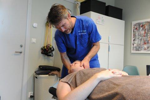 BEHANDLING: Naprapat Per Thomas Mørk er fornøyd med at kampen for autorisasjon er over. Her hjelper han hodepineplagede Andreas Wik.