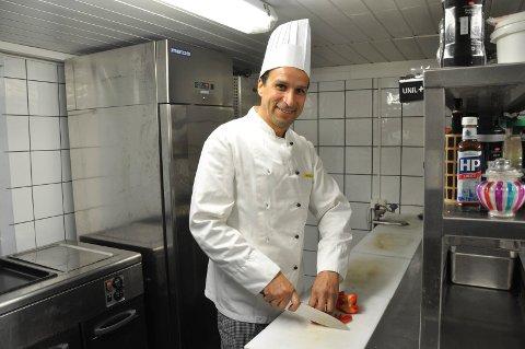 TILBAKE: Aberrahmane Hajji har igjen funnet fram kokkelua. Han gleder seg til å lage mat i de nye lokalene på Haukerød.