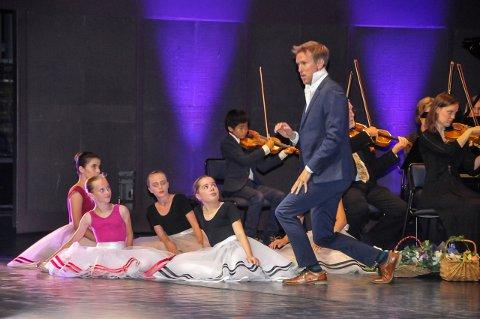 MIDTSOMMERFESTKONSERT: Det er ikke første gang Kulturelt Initiativ inviterer til store konsertopplevelser på Hjertnes. Her ser vi tenor Ole Morten Velde sammen med dansere fra Spotlight dansestudio i fjor. ARKIVFOTO: Sigurd Øie
