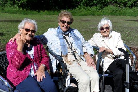 PÅ PLASS: Venninnene Inger Lise Hvitstein (88), Else Martinsen (90) og Aslaug Gravdahl (95) har allerede funnet seg godt til rette på Møylandsenteret i Andebu sentrum.