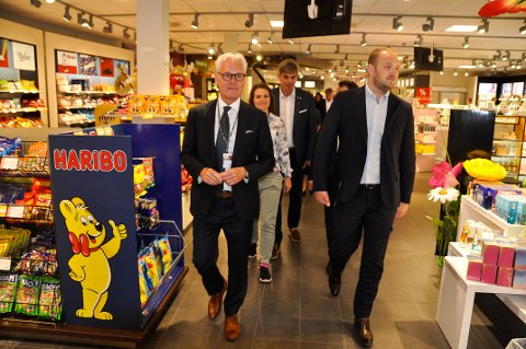 TORP: Samferdselsminister Jon Georg Dale (t.h) fikk omvisning på Torp av flyplassjef Gisle Skansen. Her går de gjennom taxfree-butikken, som er så viktig for lufthavnen.