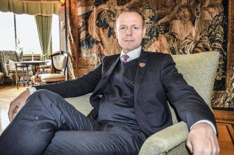 BOR I DRESS: Konserndirektør Morten Christensen i Unike Hoteller går i Tiger-dress fra morgen til kveld, alltid beredt, her i godstolen i røkeværelset på Midtåsen.