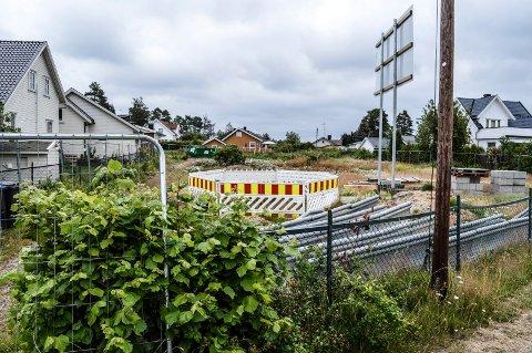 KLART FOR GRAVING: De gamle bygningene i Mosserødveien 17 er revet. Over ferien blir grunnarbeidene igangsatt.