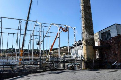 LUFTIG: Arbeiderne på byggeprosjektet til Grans henger høyt. Nå synes takelementene for omgivelsene, her sett fra Breiliveien.