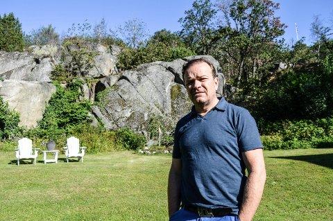 BYGGEPLANER: John Hestenes Hansen har en romslig eiendom i Nedre Åsenvei 5. Den prioriterte blokka er tenkt i åsen bak ham.