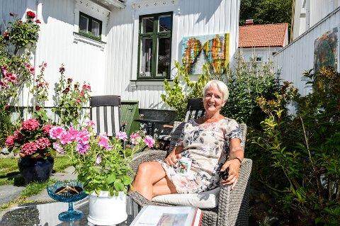 TILBAKE TIL HUS: Å kunne gå rett ut i hagen, treffe folk på gata og ha plass til eget atelier er blant de viktigste motivasjonsfaktorene for et liv i hus igjen for Turid Bøen Liverød.
