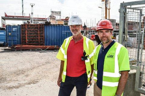 BYGGING: Prosjektleder Vidar Brudal i USBL Vestfold (t.v.) og styreleder i Sandefjord Kommunale Boligstiftelse Daniel Monk Berge foran anleggsområdet i Bugården, der det skal bli 36 omsorgsboliger.