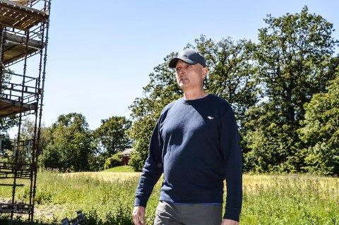 FORBAUSET: Anders Bettum (56) aksepterer ikke at 30-40 dekar dyrket mark plutselig blir omgjort til LNF-område. Tv. boligene på Gokstad Midtre.