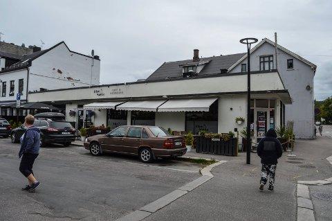 AAGAARDS PLASS: Den gamle bygningsmassen på nordsiden av Aagaards Plass, så nær som Havnåsgården (innerst), skal rives. I forgrunnen baren The Note.