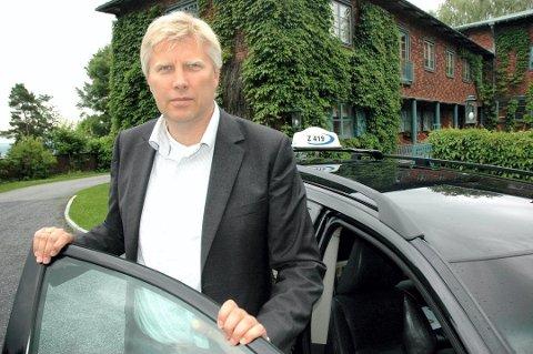 GRATIS TRANSPORT: Erik Horn i Vestfold Taxi forteller at selskapet vil tilby gratis transport til eldre og andre som har utfordringer med å komme seg til valglokalene i Sandefjord, kommende mandag.
