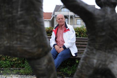 EN HJELPENDE HÅND: De to matposene Olav Håland (70) leverer til folk som sliter setter gjerne i gang den gode samtalen.