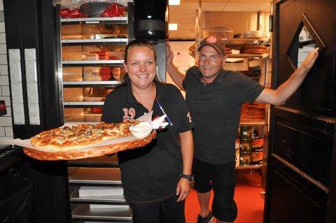 HEKTISK: Døra ut fra kjøkkenet hos Peppes Pizza skal få svinge seg i høyt tempo de neste dagene. Liz Anett Andersen og Ole Jonny Borgersen-Berg er klare for Sandarcupen, nok en gang.