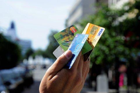 KREDITTKORT: Mange betaler ferien med kredittkort, men flere gruer seg til regningen dumper ned i postkassen.