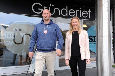 VOKSER: Kim-Andre Heggenes Ulleland (35) har brukt mye tid på Gründeriet. for å etablere sitt firma. Firmaet er i en vekstfase og han flytter ut og ansetter flere medarbeidere. Til høyre daglig leder i Gründeriet. Benedicte Eian Iversen (35).