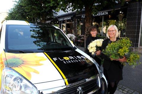 FIKK STØTTE: Blomsterhandlerne Laila Ødegård og Ane Rørstad (nærmest) er trendy og miljøbevisste og kjører elektrisk. Det er Enova som gir bedriftsmarkedet investeringsstøtte ved kjøp av elektriske varebiler.