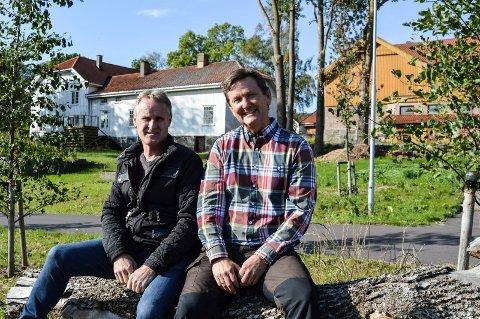 STORE PLANER: Kåre-Jan Johansen (t.v.) og Simon Hansen Elvestad vil bruke mange millioner kroner på å ruste opp Nedre Gokstad Gård. Hovedbygningen t.v. skal totalrenoveres. Der den orange låven står, blir det 30-40 livsløpsboliger.